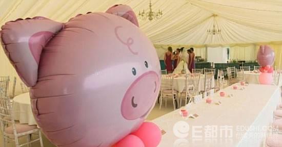 惊呆!新郎花12万办猪主题婚礼 50头猪现场撒欢 令新娘和伴娘崩溃