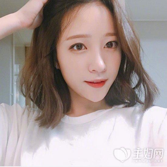 首推这款韩式小短发发型,空气刘海配上短卷发,染发颜色也是很洋气显美