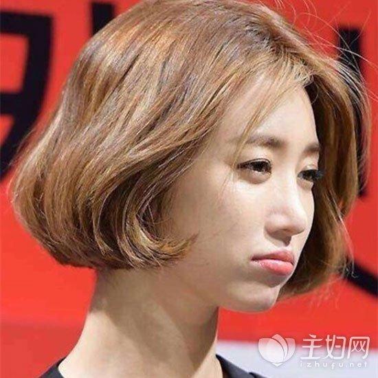 中分短发修颜瘦脸显气质 女生短发中分发型图片