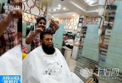 男子同时拿15把剪刀理发