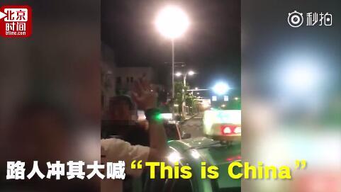 外国男子强撩中国女孩