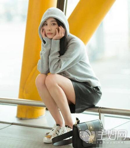杨幂机场星星铆钉包是什么牌子