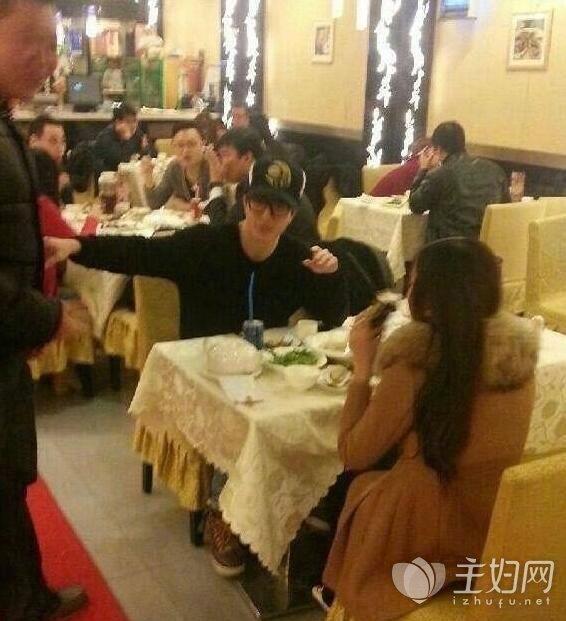 薛之谦娄艺潇吃饭照片