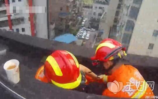 消防10秒钟成功救轻生女子