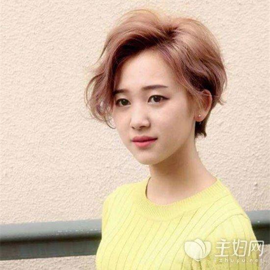 齐耳短发额前头发可留长一些,烫出大波浪卷弧度,搭配上时髦的潮流染发图片