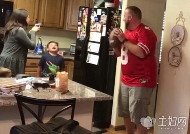 1美国老爸扔橄榄球帮儿子拔牙