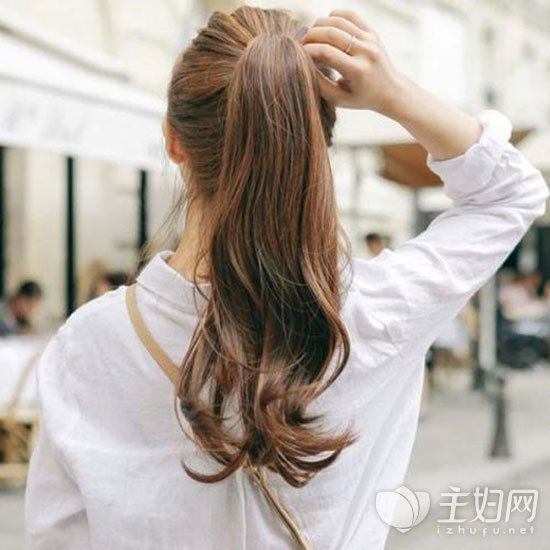 卷发马尾辫发型图片