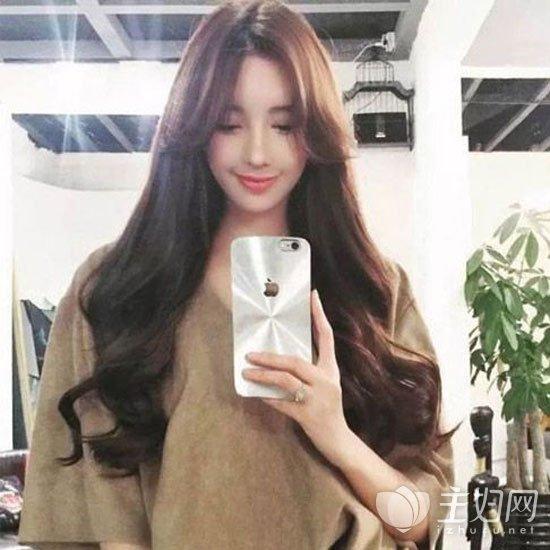 搭配上韩式的空气刘海,外出长卷发披肩,性感中带有着可爱感,减龄显嫩