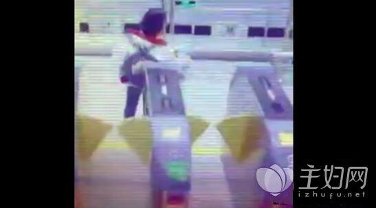 地铁站婆婆刷卡姿势走红