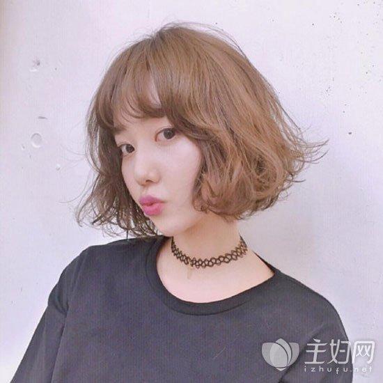 少不了这款蛋卷头的短发发型了,这是韩国美女大爱的一款短发烫发造型.