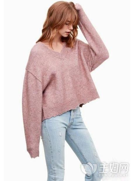 秋季大v领毛衣里面怎么搭配