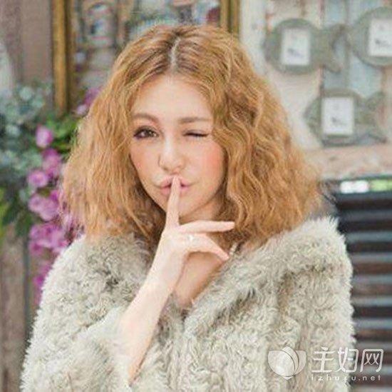 配上金棕色头发,与中分无刘海搭配短发外翻发型很是减龄又时尚.