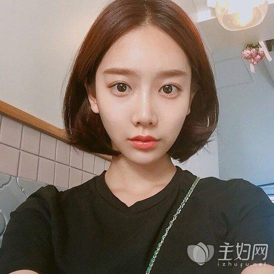 流行发型 无刘海短发气质佳 韩国小姐姐都爱短发烫发发型  中分无刘海