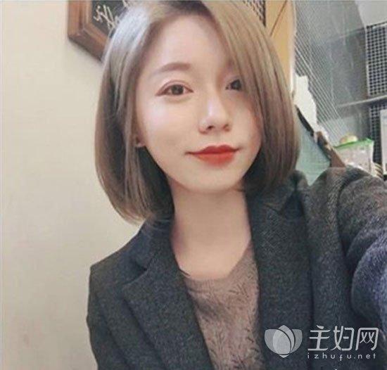 小清新风十足的一款短卷发在韩国尤其受宠,是很多韩国美女发型的最爱短发造型。头发烫出蓬松感的蛋卷弧度,不仅很显时尚还能打造出发量丰盈的效果,搭配上中分无刘海设计清新脱俗很有文艺范儿,是一款也适合发量少的短发发型。