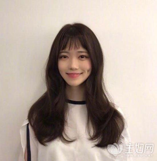 同时还能营造出可爱气氛,是一款减龄很显嫩的长发刘海qy88千赢国际