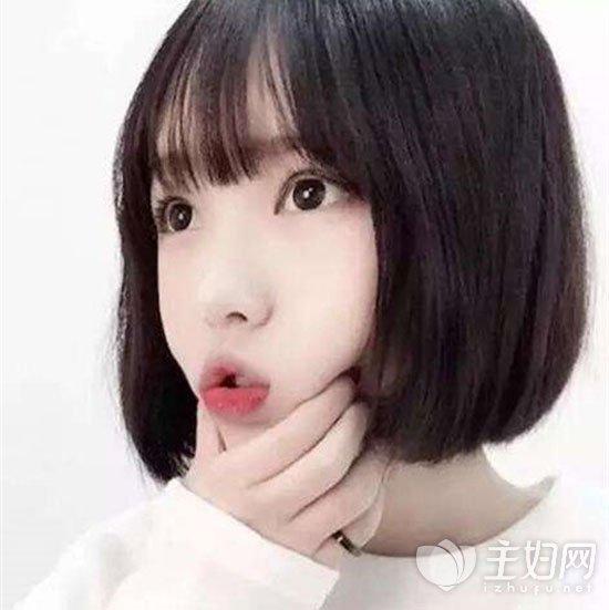 很适合学生妹的一款短发发型,可爱的齐刘海很有学生范儿味道,与清纯