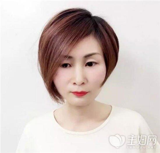 """其实这样一款""""不等式""""短发发型很适合打不得脸型了,就比如肉肉脸型的图片"""