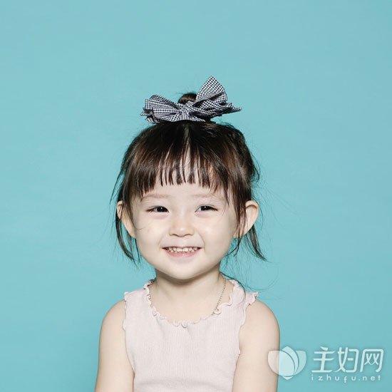 其余头发落在肩膀部位让宝宝看起来更显可爱气质.