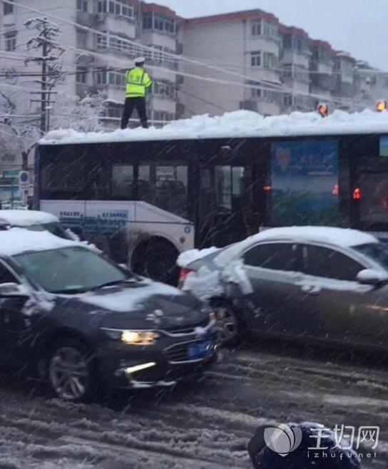 合肥暴雪致光缆脱落阻断车流 一协警以手托举走红网络