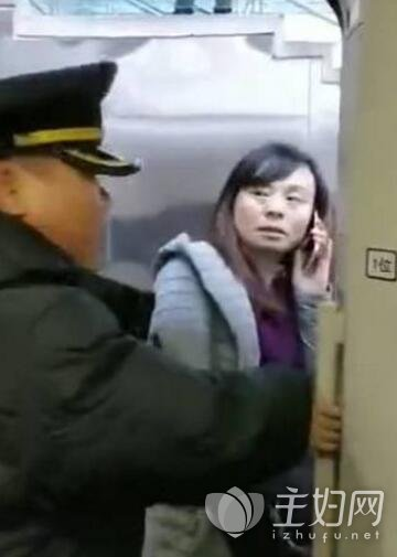 女子撒泼阻碍高铁发车被批太自私