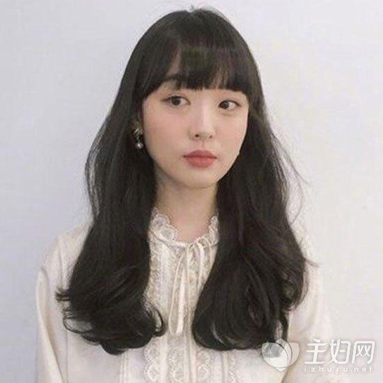 中长发卷发发型适合于任何款式的刘海搭配,主要看自己的脸型和喜