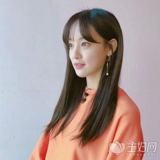看似简单却很有韩国美女气质的一款中长直发发型,不喜欢烫卷发图片