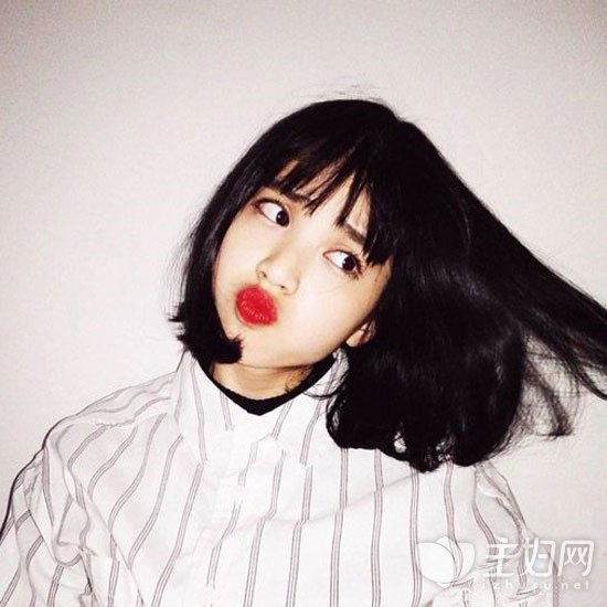 可尝试齐刘海发型,不仅甜美可爱还非常发的减龄显嫩,与黑色短发搭配很