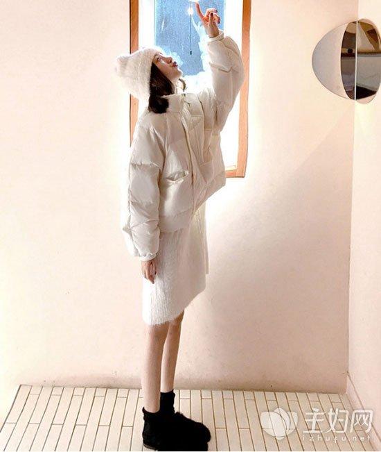 白色面包服搭配白色连衣裙好看