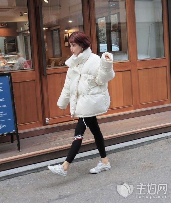 白色面包服搭配什么裤子好看