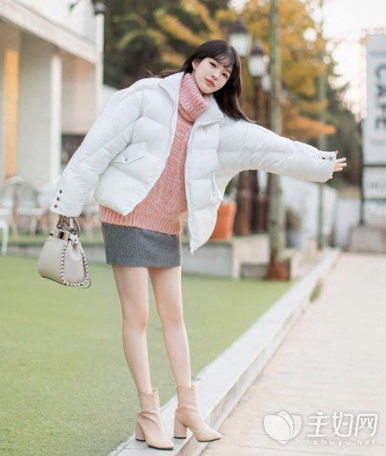 白色面包服搭配毛衣好看