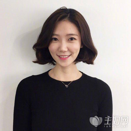 在2018年流行短发发型中,短发烫个大括号的微卷弧度,配上外翻长刘海