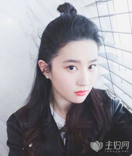 刘亦菲半丸子头发型
