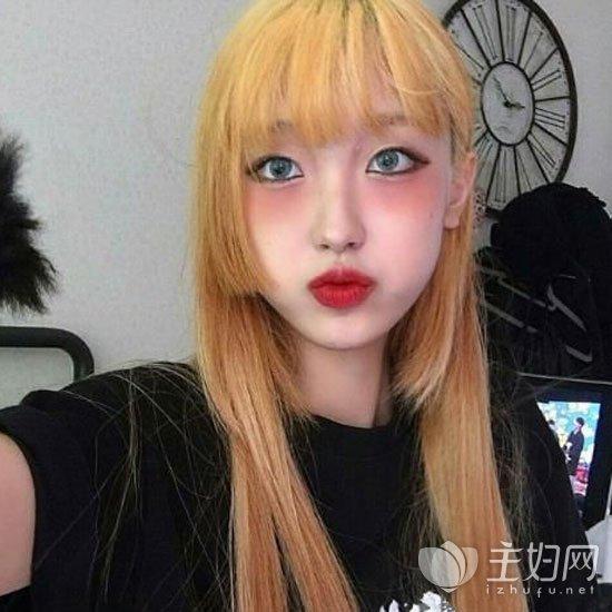 齐刘海很显下巴尖小,脸颊两边的头发修剪出出长短不一打造出层次感图片