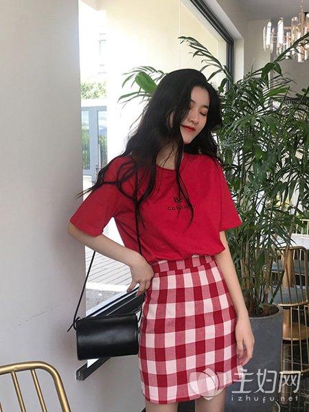红色上衣怎么搭配衣服