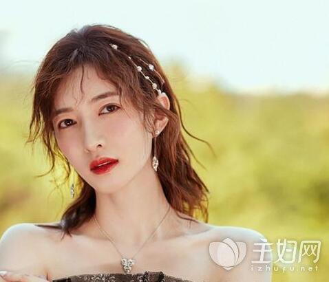 今年夏天,就有很多女明星留碎卷刘海,比如剪了短发后的赵丽颖就没有图片
