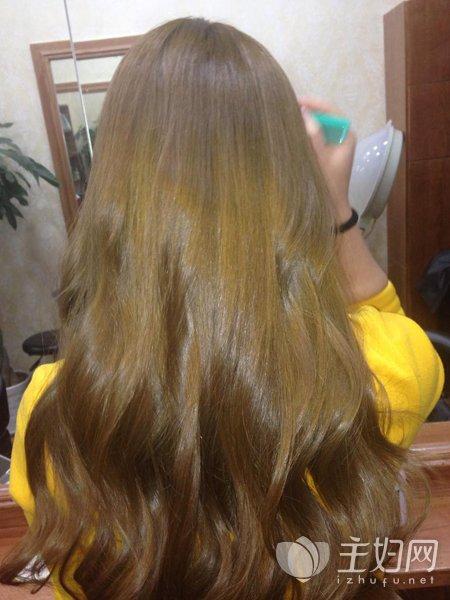 染什么颜色的头发显得皮肤白