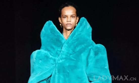 Balenciaga已成为开聚集团除Gucci外开展最快的品牌之一,自Demna Gvasalia就任以来出售额翻倍添加