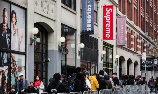 Supreme也是一个最让黄牛高兴的潮牌 ,其二次出售的均价超越原始价格12倍