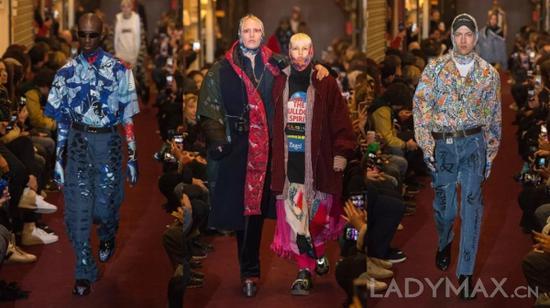 有业界人士以为,Vetements的意图不是发明真实美丽的时装,而是对停滞不前的奢华品职业做出的一种抵挡