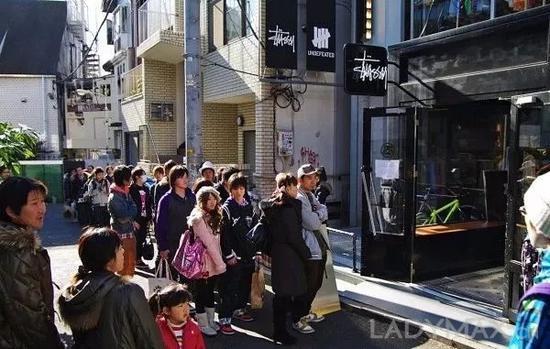 在日来源宿潮流教父藤原浩的举荐下,Stussy成功打入日本潮流圈