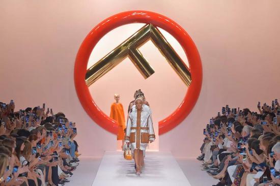 "Karl Lagerfeld不管在Fendi仍是Chanel都具有娴熟控制""经典""的才能"