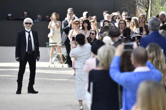 Karl Lagerfeld离世带走了时髦界的终究一份终身合同
