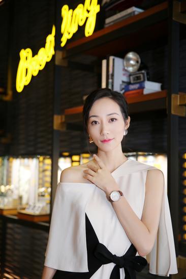 著名演员、歌手韩雪佩带航空计时1主动机械腕表38到会百年灵王府中环旗舰店开幕活动