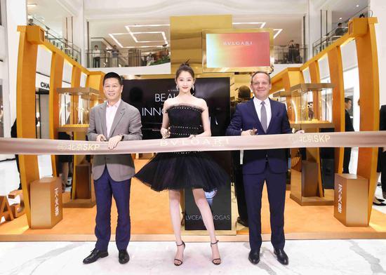 (从左至右)北京SKP总经理罗志伟、关晓彤与宝格丽大中华区董事总经理柯力亚