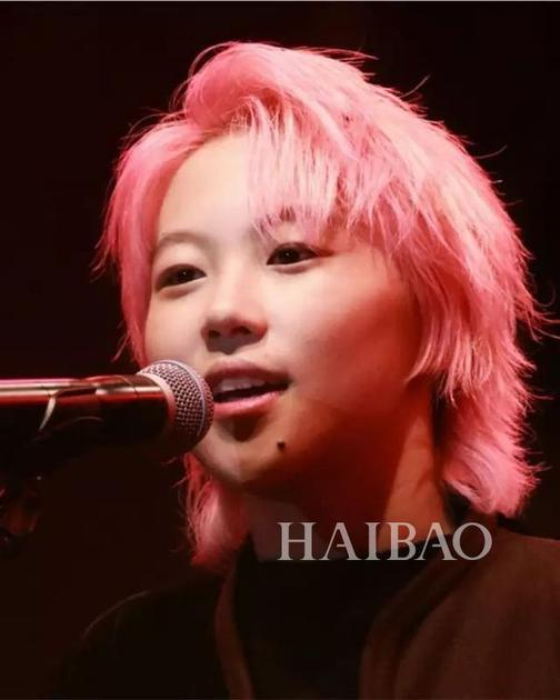 窦靖童粉色头发造型