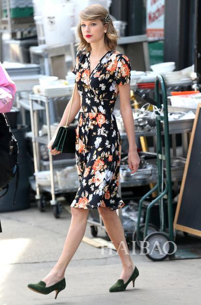 Taylor Swift佩带珍珠发夹