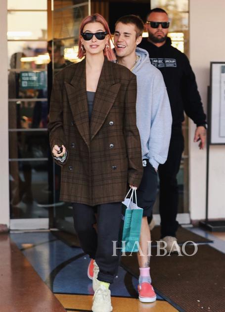 2019年1月11日,海狸 Hailey Baldwin和Justin Bieber在洛杉矶出街
