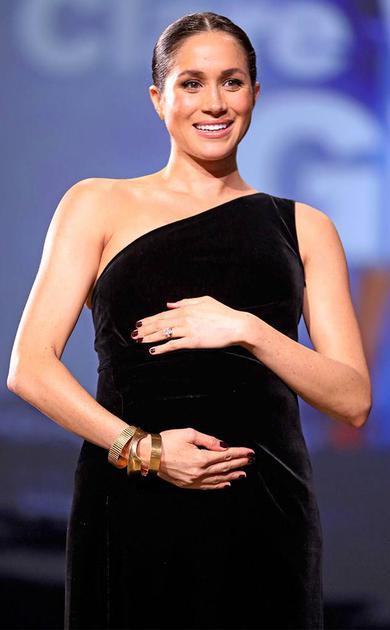 梅根不时抚摸孕肚的梅根王妃尽显母爱光环
