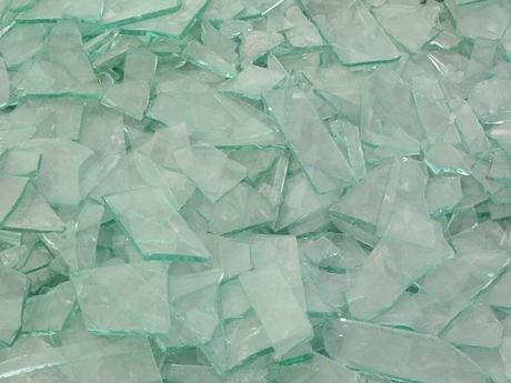 玻璃碎片该怎样整理洁净?铲除地上碎玻璃的小窍门