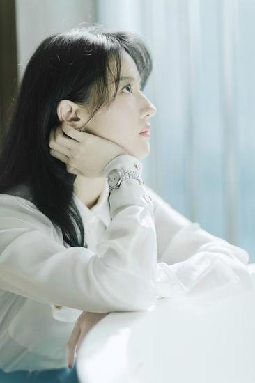 刘亦菲佩带卡森臻我系列腕表演绎都市女性络绎于日夜间的两种日子状况